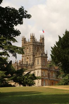 Downton Abbey, Highclere Castle ( Heather...I love Downton 2... And cats...and smart animals...)
