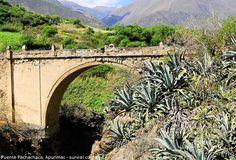 Puente Pachachaca, reliquia colonial de la región de Apurímac. Sobre dos formaciones rocosas, se levantó en 1654 el puente Pachachaca, a base de cal o caliche y la piedra de cchejo o piedra de Huamanga, a una distancia de 16 kilómetros de la ciudad de Abancay, en el departamento de Apurímac. Este puente permite cruzar el río del mismo nombre, caudaloso y abundante en la pesca de truchas.
