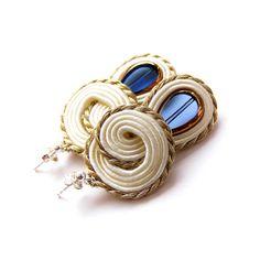 SAADIA SOUTACHE Handmade Beaded Jewelry, Soutache Jewelry, Diy Earrings, Shibori, Sapphire, Jewelry Design, Jewels, Boho, Beads
