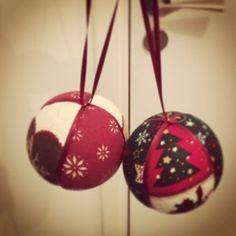 Comment fabriquer un tipi ? – BricoBistro Christmas Fabric, Christmas Bulbs, Christmas Crafts, Merry Christmas, Christmas Decorations, Xmas, Holiday Decor, Decoration Originale, Fabric Ribbon