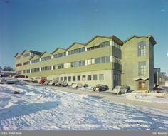 fabrikkbygning, aluminiumsfasade, biler, snø