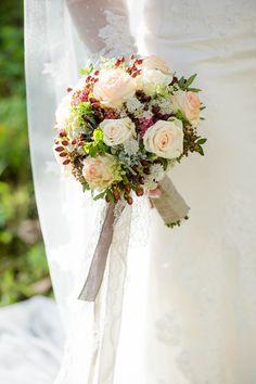 Brautstrauss im Oktober- Foto: Rebecca Conte Bridal bouquet in October- Photo: Rebecca Conte Fall Wedding Flowers, Fall Flowers, White Flowers, Wedding Bouquets, Wedding 2017, Wedding Tips, Dream Wedding, Flower Crown, Centerpieces