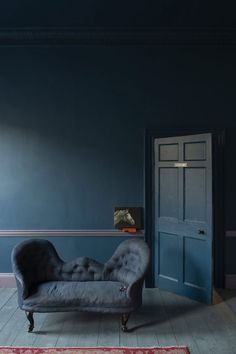 Stiffkey Blue - Farrow & Ball About to use this colour in my sitting room, love it! sweet home Farrow Ball, Farrow And Ball Paint, New Paint Colors, Wall Colors, Dark Interiors, Colorful Interiors, Stiffkey Blue, Living Colors, Dark Blue Walls