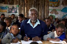 """Maruge lutou pela liberdade de seu país, foi preso e torturado. Em 2003, após ouvir um comunicado do governo sobre um programa de """"Educação para todos"""", decidiu se matricular em umaescola primária. Na ocasião, Maruge tinha 84 anos. O filme """"O Aluno"""" é baseado na história real deKimani Maruge Ng'ang'a, que, com o sonho de"""