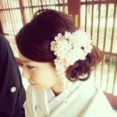 今や和装の定番となった《白無垢 × 洋髪》** 沢尻エリカさんの結婚式から6年たった今でも、彼女のスタイルを参考にする花嫁さんが多いようです。洋髪であれば、アレンジの仕方も髪飾りのバリエーションも豊富なので、可能性は無限大∞ 今回は、Instagram の先輩花嫁さんたちの素敵な髪型をチェックしてみましょう。 | ページ2