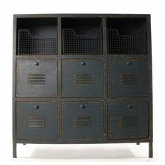 Die reduzierte Farbgebung und der derbe, industriell wirkende Charakter verleihen diesen Einzelmöbeln individuelle Akzente. [289,00€]