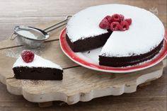 La torta al cacao è un dolce dalla consistenza umida e con il suo gusto cioccolatoso è perfetta da servire in qualsiasi momento della giornata!