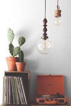 decoration, detail vinil, vinyl , shelf. frame, light, quadro, luz, albuns, decoração, estante, vase, plant, decoração, orange, laranja