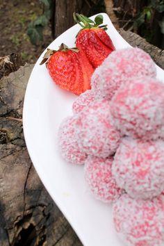 Sütésnélküli Eper Golyók (No Bake Strawberry Bon Bons) Clean Eating Sweets, Baking Recipes, Dessert Recipes, Eastern European Recipes, Baked Strawberries, Salty Snacks, Hungarian Recipes, Strawberry Cakes, Small Cake