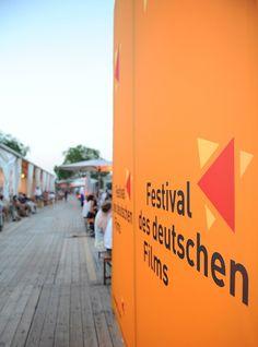 Das sonnige Wetter lockte viele Gäste vor und nach dem Filmen an den Rhein. Foto: Ben Pakalski.
