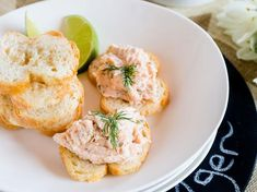 Delicious salmon pate to offer your guests with a drink. Yummy Snacks, Yummy Food, My Favorite Food, Favorite Recipes, Pate Recipes, Finger Foods, Salmon, Vegetarian Recipes, Appetizers