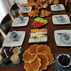 Image may contain: people sitting, table and food - Breakfast Platter, Breakfast Buffet, Breakfast Time, Breakfast Recipes, Breakfast Presentation, Food Presentation, Desayuno Romantico Ideas, Food Design, Catering