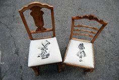 """Pareja de sillas decapadas y tapizadas con Alicia y el Sombrerero de """"Alicia en el País de las maravillas"""" en lino y rematadas con tachuela."""