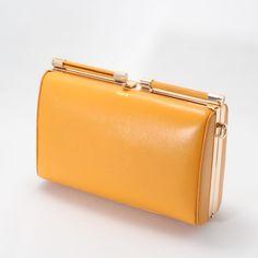 【CHARUER(シャルエ)】 大人っぽいカラーリングに、ゴールドカラーの金具が目を惹きます。 長財布が丁度よく入る横幅と、必需品をコンパクトに持ち運べる計算されたサイズ感が魅力です♪ http://www.hecrou-online-store.com/?pid=99260250
