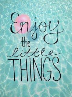 Inspirerende quote van dankbaarheid en bewustzijn van de positieve dingen in je leven. Enjoy the little things