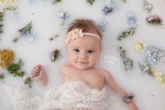 Uma tendência que vem crescendo entre as famílias, tanto para sessões de fotos de gestantes como newborn, é o ensaio milk bath.