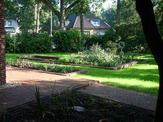 Fraai aangelegde tuin, voorzien van grote vijver, in landelijke sfeer bij een herenhuis in Apeldoorn.