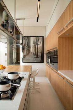 Paris, projeto Roberto Migotto (A cozinha da Arclinea, com piso de Silestone Blanc Zeus, mostra equipamentos da Foster e da Miele, banquetas Spoon, da Kartell, e, na parede, fotografia, anos 1940, do americano Louis Stettner)