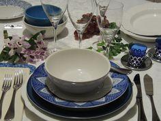 Em tons combinados com azul e branco, esta mesa dá um requinte na decoração.  *Você pode optar em servir a sopa na tigela e neste caso, coloque a colher sobre o prato. Os demais talheres seguem a sequência dos pratos a serem servidos. *Talher e garfo de peixe, faca e garfo para o prato principal, sempre com a borda da faca para o lado do prato. Copos, tigelas brancas e pratos decorados da Oxford Porcelanas. *Talheres Tramontina. Decoração da mesa:Heda Seffrin Fotografia:Simone Seffrin
