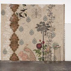 O painel Barroque foi inspirado em uma atmosfera romântica e vintage. Construído sobre uma imagem fotográfica de uma parede, foram aplicados decalques e elementos decorativos que se fundem à parede, criando um resultado surpreendentemente real e rico em detalhes.