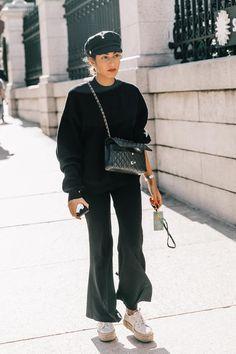 all black street style inspiration for women, minimal street style inspiration for young women, trendy street style inspiration