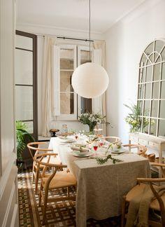 Comedor en piso antiguo, con lámpara globo de papel, sillas de madera, espejo, suelo hidráulico 00394853 O