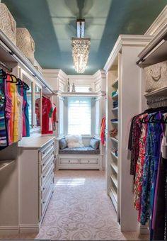 A nosotras nos encanta la ropa, los zapatos y los accesorios y más aún poder tener todo un espacio para organizar todo de manera prolija. ¿Quién no ha soñado con esos closets modernos, enormes y elegantes de las películas?Un closet donde puedas ordenar por prendas, colores o accesorios y tener todo a la vista par