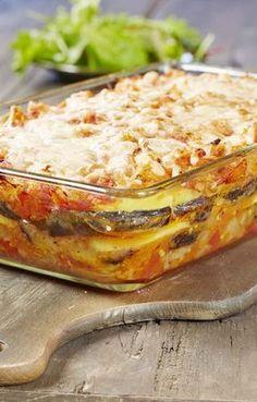 1 kg de tomates 3 aubergines 4 pommes de terre 2 oignons 2 éclats d' ail 70 g de parmesan (bloc) 4 c. à soupe de farine 6 c. à soupe d' huile d'olive 1 c. à café de thym séché 1 c. à café d' origan séché 0.3 c. à café de poivre de Cayenne sel et poivre