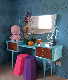 A penteadeira retrô e o papel de parede com design de Marcelo Rosenbaum foram feitos um para o outro – tanto pelo estilo, como pela cor azul. Projeto de Mauricio Arruda