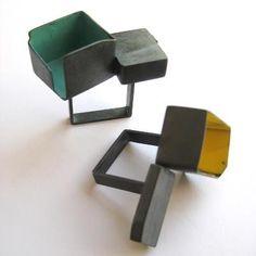 Inelele realizate de Lauren Markley urmeaza o tematica arhitecturala si experimenteaza cu argint si email