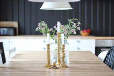 Brass, black and white kitchen. Brass, Table Decorations, Black And White, Kitchen, Flowers, Furniture, Home Decor, Black White, Cuisine