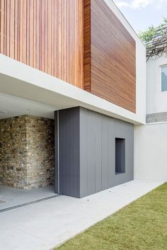 Image 17 of 42 from gallery of Casa Lara / Felipe Hess Arquitetos. Photograph by Ricardo Bassetti Architecture Art Design, Architect Design, Architecture Details, Wood Facade, Concrete Stone, High Walls, Suites, Wood Glass, Ground Floor