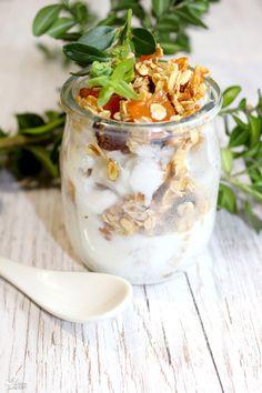 Miodowe płatki owsiane z bakaliami i jogurtem Granola, Panna Cotta, Breakfast Recipes, Lunch, Snacks, Ethnic Recipes, Food, Yogurt, The Oatmeal