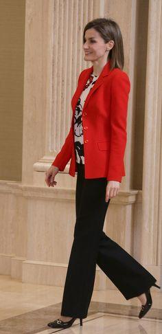 La Reina Letizia con camisa de Mango, pantalones negros y chaqueta roja de Hugo Boss y unos mocasines con tacón de Gucci.