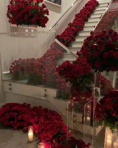 Kylie Jenner returns home to find hundreds of roses and candles. Kylie Jenner was greeted with hundreds of roses and candles upon her return home. Kylie Jenner Casa, Photos Kylie Jenner, Kendall Jenner House, Rosen Arrangements, Flower Arrangements, Jeff Leatham, Romantic Surprise, Romantic Room, Romantic Ideas