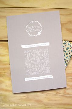 Invitación de boda con banda de tejido floral con anagrama (disponible en forma de sello en www.ahoratambienmama.bigcartel.com)