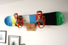 Snowboard Massivholz Wandhalterung // Wall holder for a snowboard by Brettschnei. Skate Art, Wall Racks, Big Challenge, Water Photography, Wall Mount, Skiing, Etsy, Surfboard Rack, Ski Rack