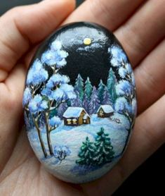 Easy Paint Rock For Try at Home (Stone Art & Rock Painting Ideas) Pebble Painting, Pebble Art, Stone Painting, Stone Crafts, Rock Crafts, Arts And Crafts, Christmas Rock, Christmas Night, Christmas Wreaths