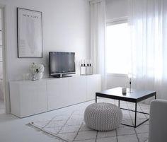 Puhdas valkoinen korostaa olohuoneen ikkunasta tulevaa valoa