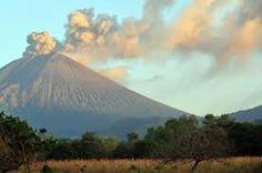 Nicaragua está en América del Norte. Quiero bajarme de la volcán Cerro Negro en Leon, Nicaragua. Tambien, quiero dar una caminata Masaya porque la vista es extraordinario. último, yo quiero hacer  en surf San Juan del Sur porque es divertido y relajante.
