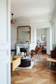 The Socialite Family | Salon parisien aux touches orientales #thesocialitefamily #interiordesign #hometour #parisianapartment #parquet #livingroom #velvet #mirror #vertigolamp #butterflyarmchair #paris