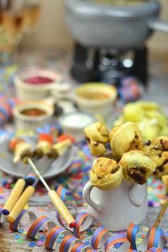 Silvester Fondue Abend mit Dips, Kartoffelsalat, Pinwheel Pops & guter Musik   Das Knusperstübchen Dips, Fingerfood Party, Feta, Pinwheels, Cereal, Curry, Breakfast, Fondue Recipes, Musik