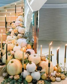 11 Spooky-Chic Decor Ideas for This Year's Halloween Party Chic Halloween Decor, Fröhliches Halloween, Halloween Party Themes, Halloween Decorations, Table Decorations, Halloween Dinner, Halloween Entertaining, Winter Decorations, Halloween Celebration