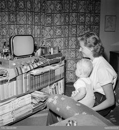 Uppsalas första TV-mottagare - Mary Gustafsson och sonen Bo är intresserade åskådare, Lindsbergsgatan, Uppsala 1953 Uppsala, Old Pictures, Old Photos, Tv, Stockholm, Vintage Shops, Sweden, Diy And Crafts, Black And White