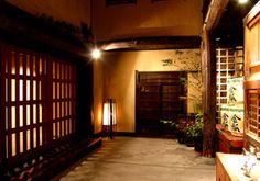 ゆったりとした造りが特徴のお宿は、一日一組限定で1棟まるごと貸し切るスタイルです。歴史があるお宿の内部も、重厚な造りをしていますね。