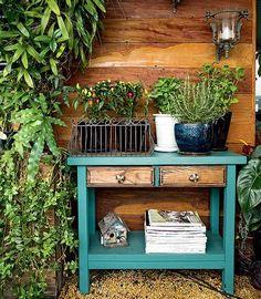 """O paisagista Odilon Claro mora em apartamento, mas isso não o impediu de ter temperos frescos. """"Montei uma horta na varanda com vasos no aparador. É uma solução para quem tem pouco espaço"""", conta ele, que costuma plantar alecrim, pimentas e hortelã."""