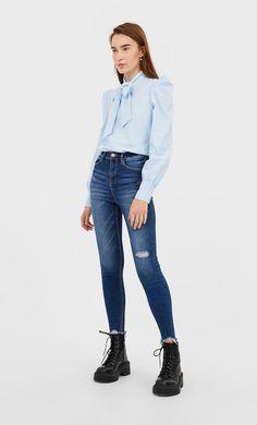 Blugi super high waist de la Stradivarius cu doar 99.9 RON ofertă disponibilă pentru un timp limitat. Jeans de damă mereu în tendințe. Intră acum! Dr. Martens, Normcore, Jeans, Ootd, Outfits, Fashion, Blouse, Moda, Suits
