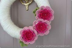 Yarn wrapped crochet flower wreath ~ ♥ #crochet #diy #crafts