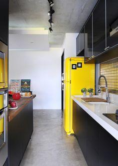 **************************************Piso de cimento queimado na cozinha Loft Interior Design, Loft Design, Kitchen Dinning, Kitchen Decor, Dining Room, Best Kitchen Colors, Loft Interiors, Bright Homes, Cuisines Design
