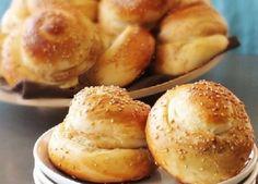 Φτιάξτε ατομικά ψωμάκια για τους καλεσμένους σας .    Μολις ειναι ετοιμα γεμιστε τα και με μερεντα η με υλικα για τοστ και θα γλειφετε τα δαχτυλα σας!  Υλικά:    250γρ. αλεύρι που φουσκώνει μόνο του    1/2